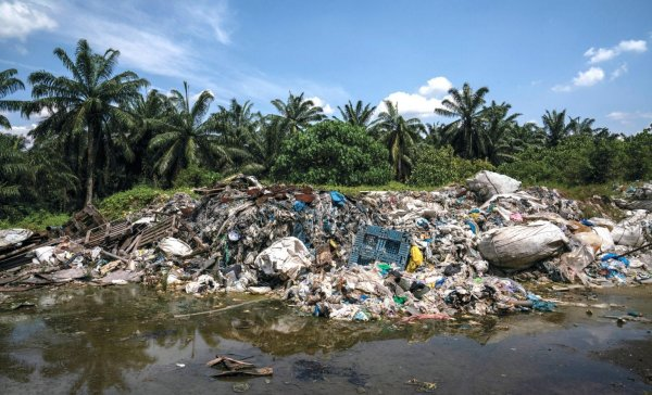 Imported plastic discarded at an illegal recycling site that was shut down by government authorities in Kuala Langat, Malaysia © GAIA/CC BY-NC-SA 4.0 / Adam Dean